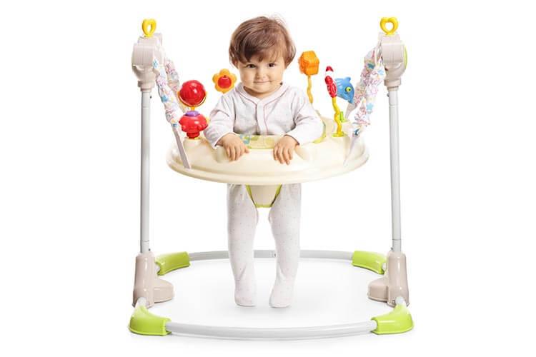 歩行器にのった赤ちゃん