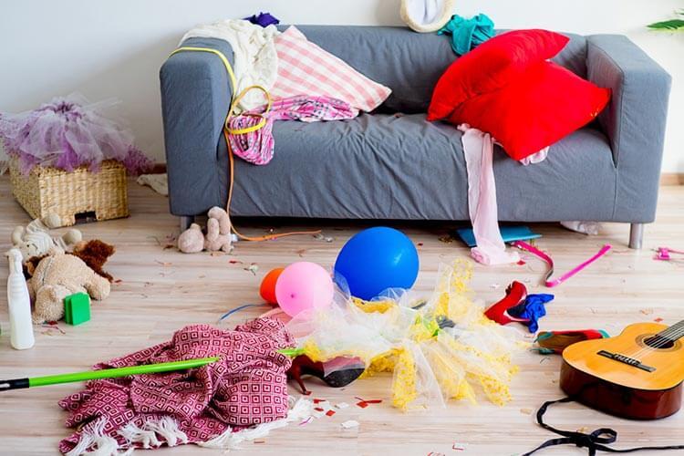 おもちゃで散乱した部屋